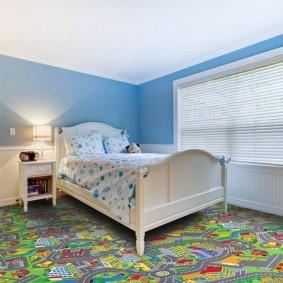 Деревянная кровать белого цвета