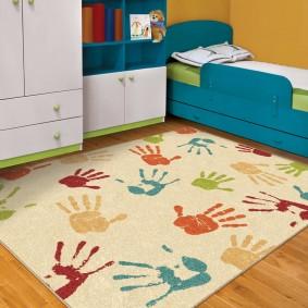 Небольшой коврик на полу детской комнаты
