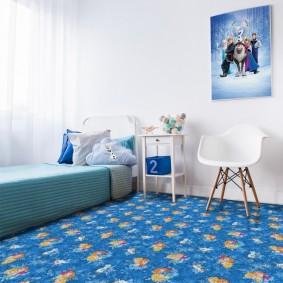 Голубой ковролин в спальне мальчика