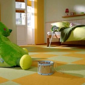 Детский барабан на полу комнаты для мальчика
