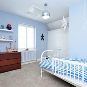 Коричневый комод в голубой комнате