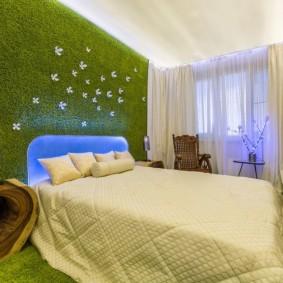 зеленый ковролин на стене детской спальни