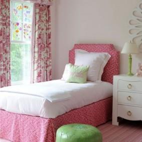Зеленый пуф в комнате девочки