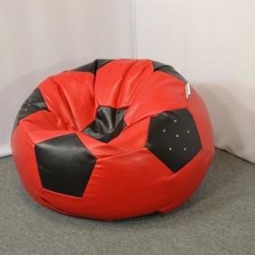 Кресло-мешок модели Мяч в углу детской комнаты