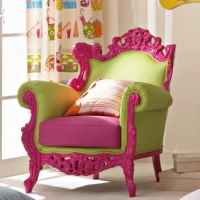 Красивое кресло с резными элементами для девочки-подростка