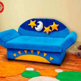 Мягкий диванчик с синей обивкой