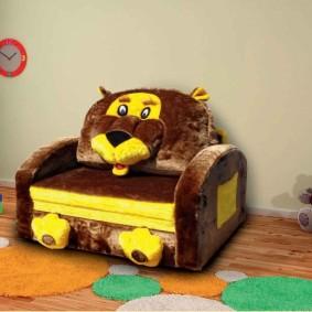 Детское кресло с гобеленовой обивкой