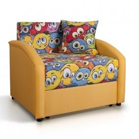 Мягкое кресло с дополнительными подушками