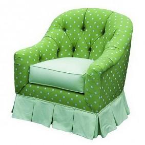Детское кресло с зеленой обивкой