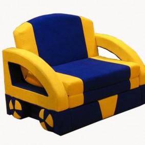 Желто-синее кресло для мальчика дошкольного возраста