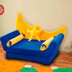 Спинка в форме полумесяца на детском кресле
