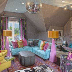 Мягкая мебель в комнате мансарды