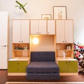 Встроенный диванчик в корпусной мебели