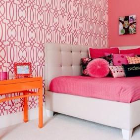 Розовый матрас на детском диванчике