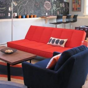 Раскладной диванчик с красной обивкой