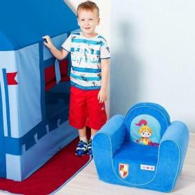Игровое кресло с голубой обивкой для мальчика