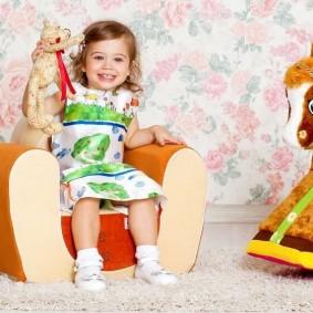 Удобное кресло для девочки трехлетнего возраста