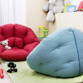 Низкие детские кресла на полу комнаты