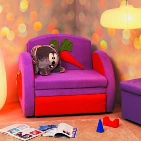 Мягкое кресло с обивкой сиреневого цвета