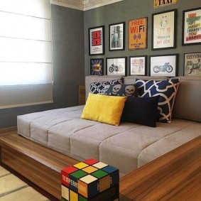 Серый матрас на деревянном подиуме