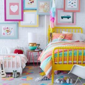 Желтая кровать в комнате девочки