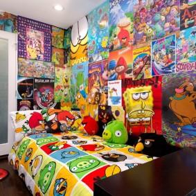 Яркие постеры на акцентной стене детской спальни