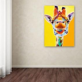 Яркий рисунок жирафа на светлой стене