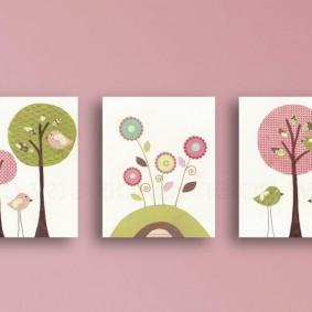 Светлые постеры на розовой стене