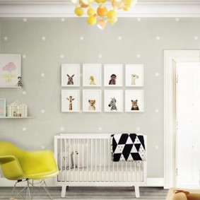 Белые звездочки на серой стене