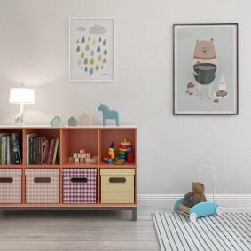 Невысокий стеллаж с детскими игрушками