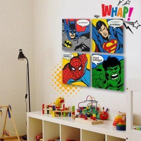 Плакаты с комиксами в комнате мальчика