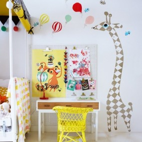 Желтый стульчик для маленького ребенка
