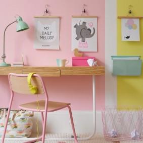 Постеры формата А4 на стене комнаты девочки