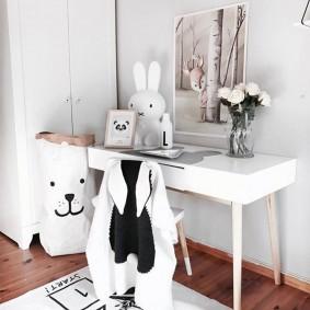 Костюм зайке на спинке детского стула