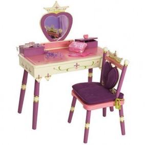 Маленький туалетный столик в сказочном стиле