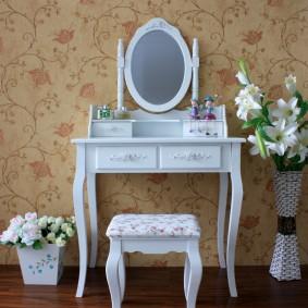 Белая мебель на фоне бумажных обоев