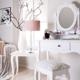 Настольная лампа на белом столике