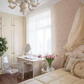 Туалетный столик в интерьере классической спальни