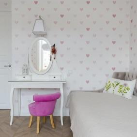 Детский стульчик с розовой спинкой