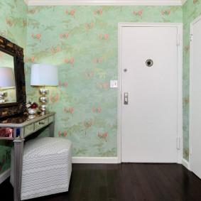 Белые двери в комнате с темным полом