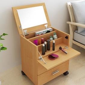 Мобильный столик с женской косметикой