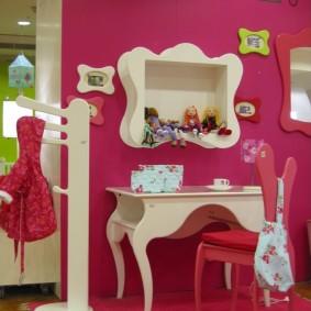 Белая мебель около розовой стены
