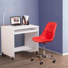 Красный стульчик из качественного пластика