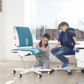 Стульчики на колесах в комнате разнополых детей