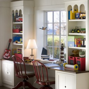 Рабочее место школьников перед окном комнаты