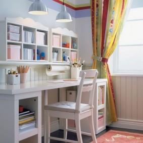 Письменный стол в комнате девочки подростка