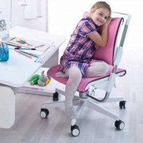 Ортопедический стульчик с розовыми чехлами