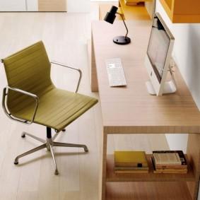 Поворотный стул с металлическими подлокотниками