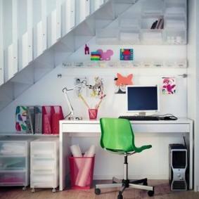 Письменный стол под лестницей в частном доме