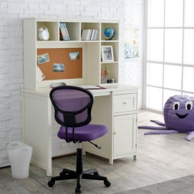 Офисный стул на пластиковом основании